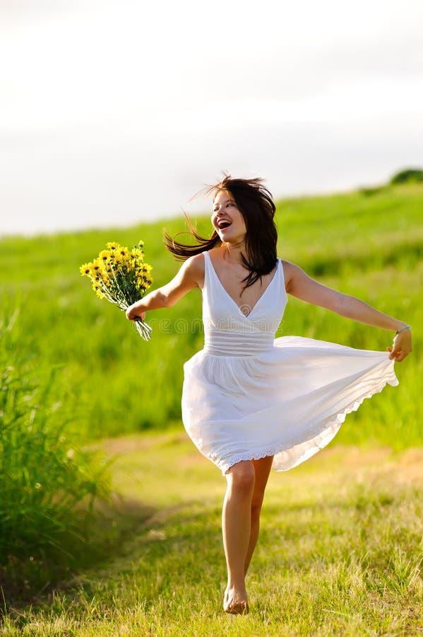 Salto felice adorabile della donna di estate fotografia stock libera da diritti