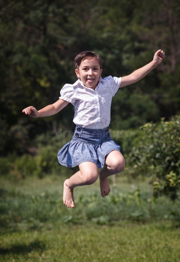 Salto felice dell'adolescente della ragazza di estate all'aperto. fotografia stock libera da diritti