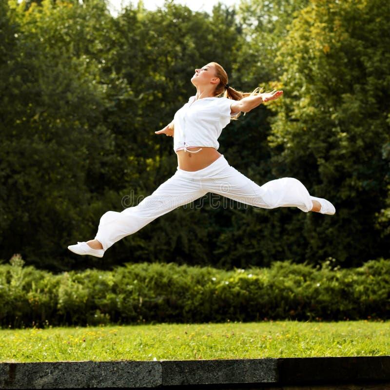 Salto feliz da mulher. Dançarino livre. Conceito da liberdade. imagem de stock