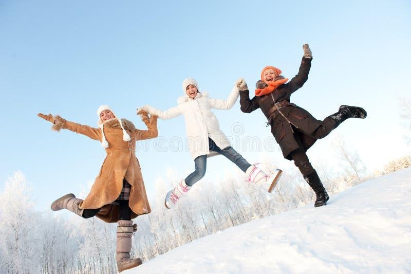 Salto feliz das meninas foto de stock royalty free