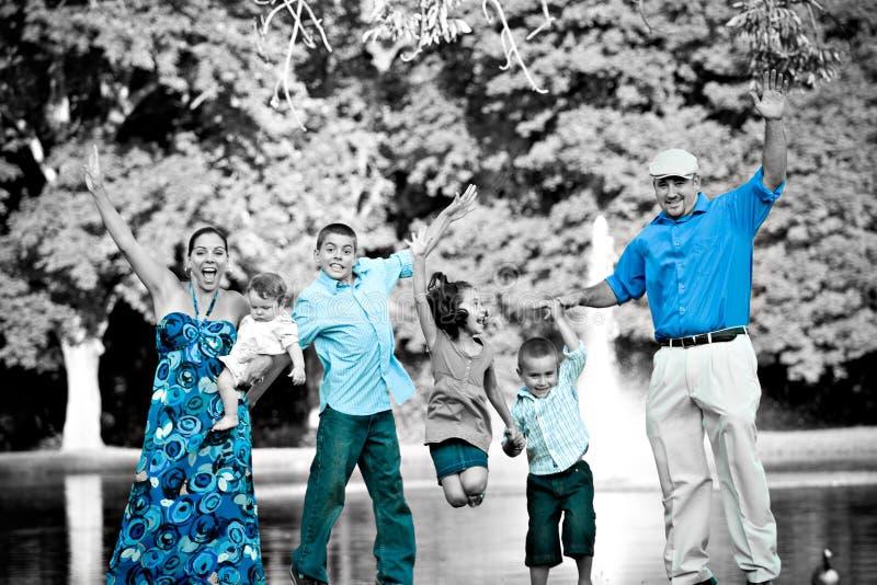 Salto feliz de la familia imágenes de archivo libres de regalías
