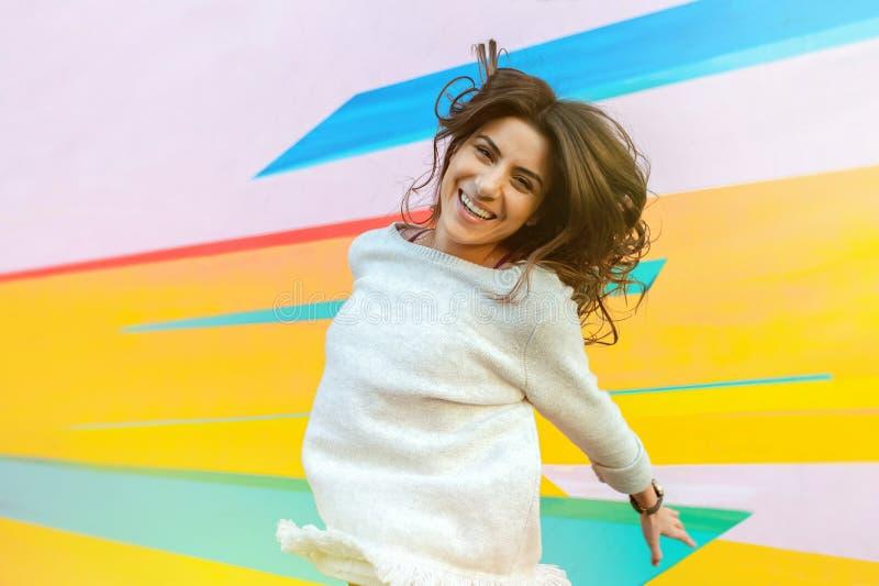 Salto feliz de la mujer al aire libre en la ciudad imagen de archivo libre de regalías
