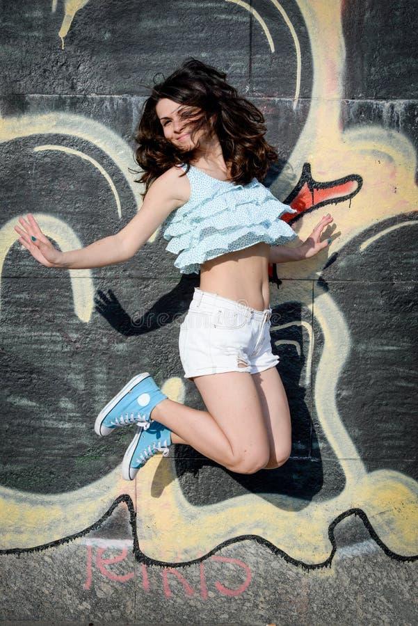 Salto feliz de la mujer joven foto de archivo libre de regalías
