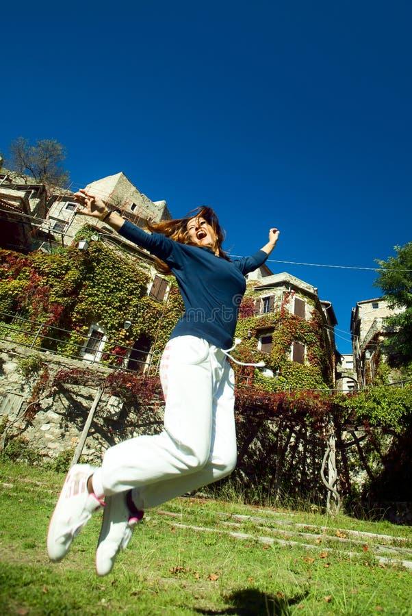 Salto feliz de la mujer joven fotografía de archivo libre de regalías