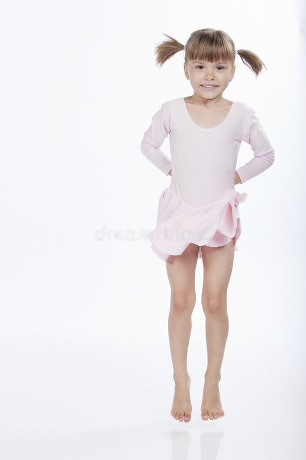 Salto feliz de la niña fotografía de archivo libre de regalías