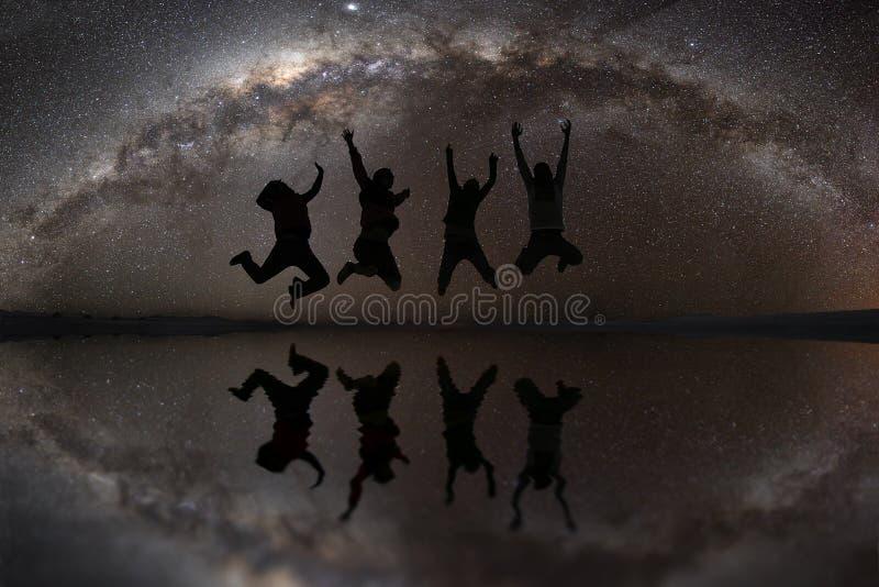 Salto feliz de los amigos al aire libre imagen de archivo