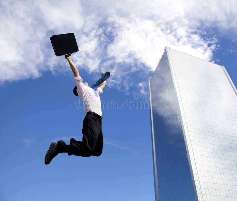 Salto feliz del hombre de negocios fotografía de archivo