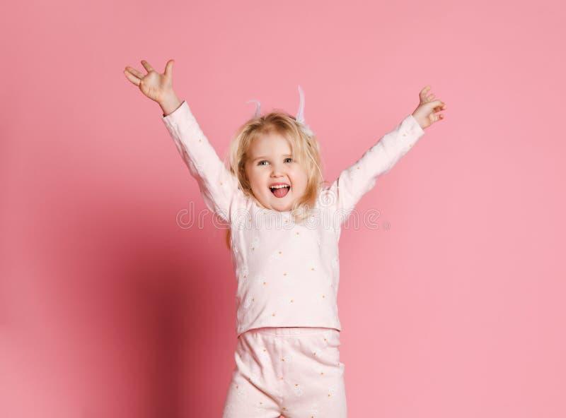Salto feliz del pijama del ni?o imagen de archivo