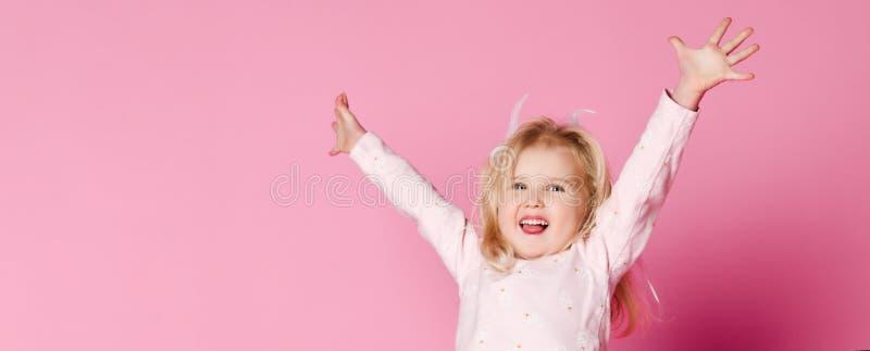 Salto feliz del pijama del ni?o fotos de archivo libres de regalías