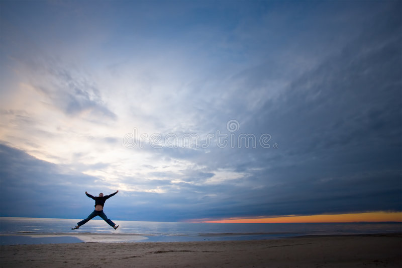 Salto feliz del verano imagen de archivo libre de regalías