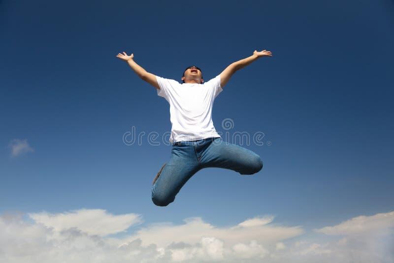 Salto feliz do homem imagens de stock royalty free
