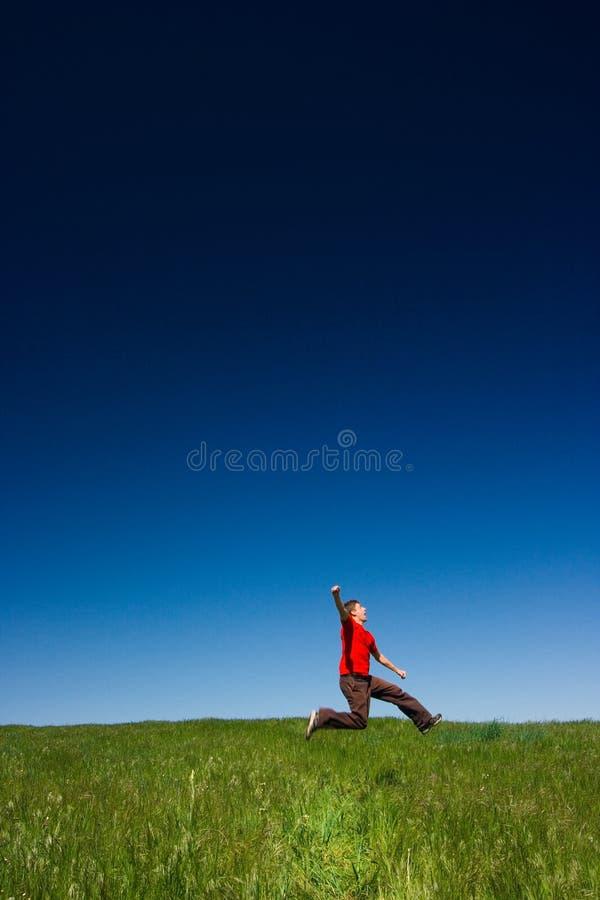 Salto feliz do homem imagens de stock