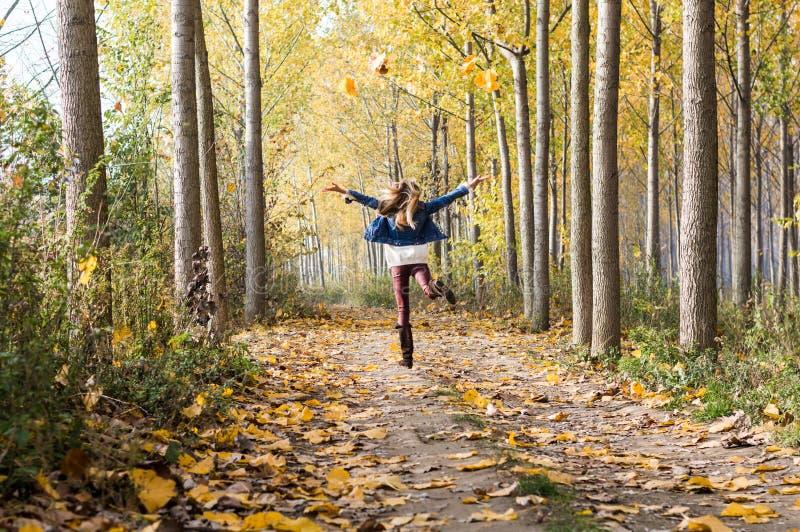 salto feliz en el bosque fotos de archivo libres de regalías