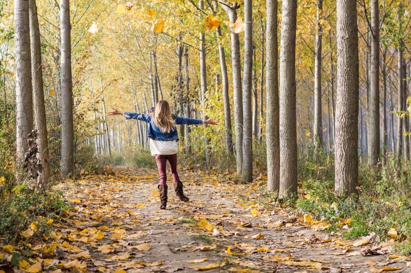 salto feliz en el bosque foto de archivo libre de regalías