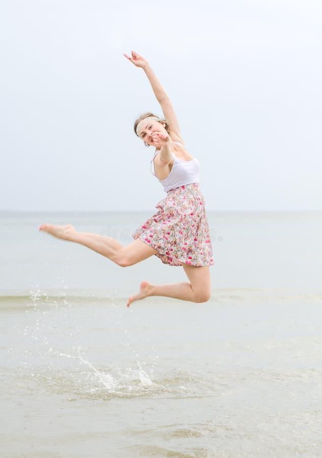 Salto feliz novo da mulher foto de stock royalty free