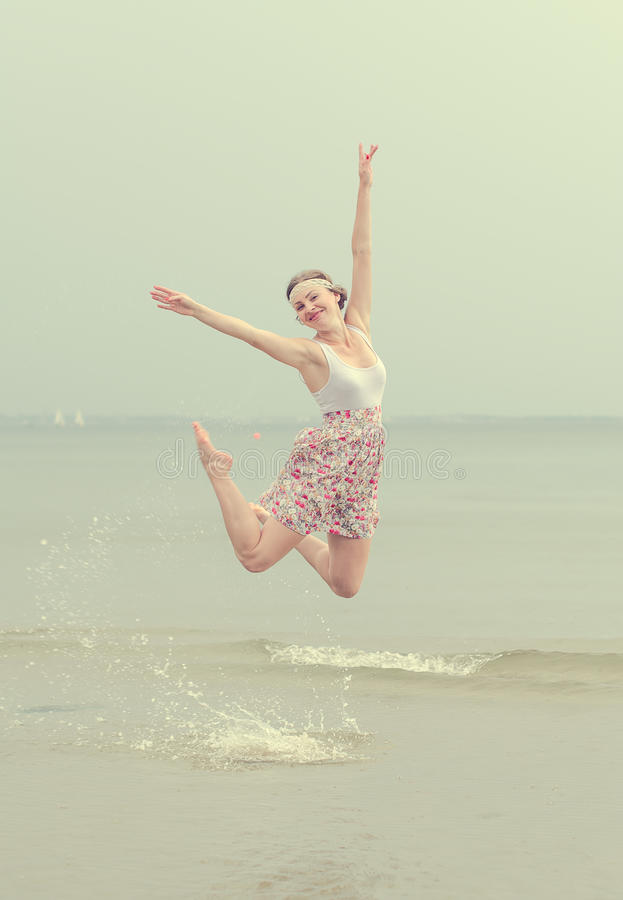 Salto feliz novo da mulher fotos de stock royalty free