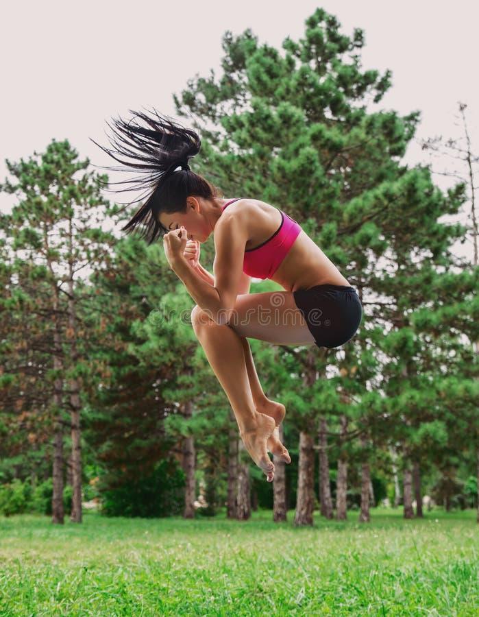 Salto femenino afuera en el parque foto de archivo libre de regalías