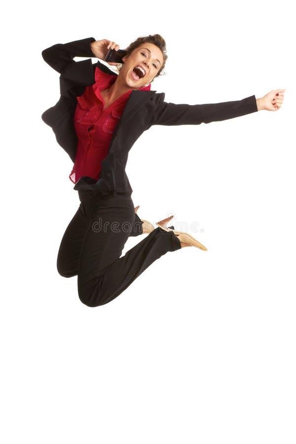 Salto femenino del negocio caucásico hermoso para con la alegría en el cel fotos de archivo