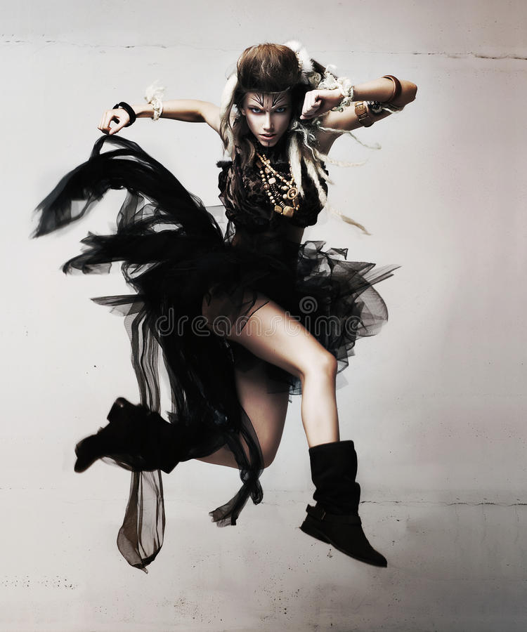 Salto femminile sensuale dinamico ed attivo fotografie stock