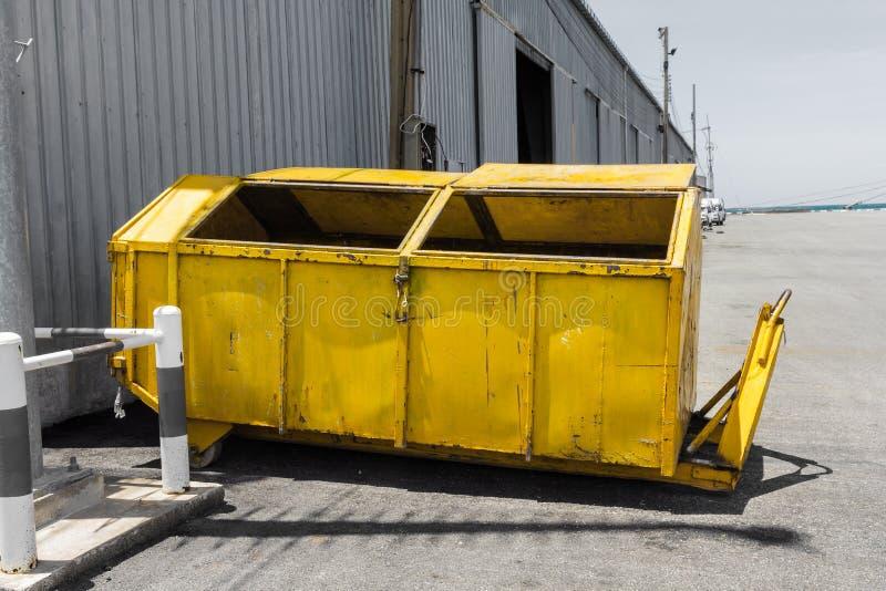 Salto giallo dei rifiuti metallici fotografia stock libera da diritti