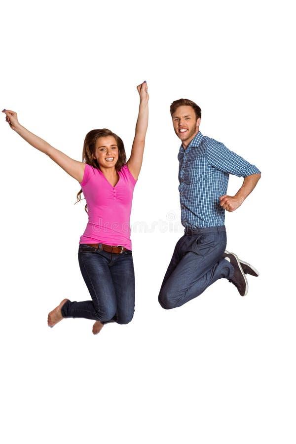 Salto joven alegre de los pares imagenes de archivo