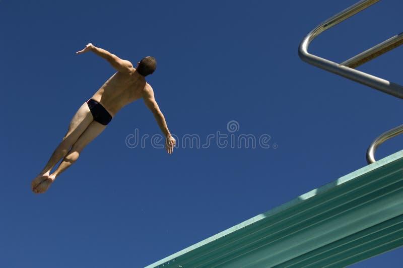 Salto masculino del nadador del trampolín imagenes de archivo