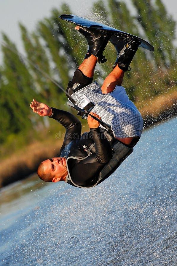 Salto mortale op een Wakeboard stock afbeelding