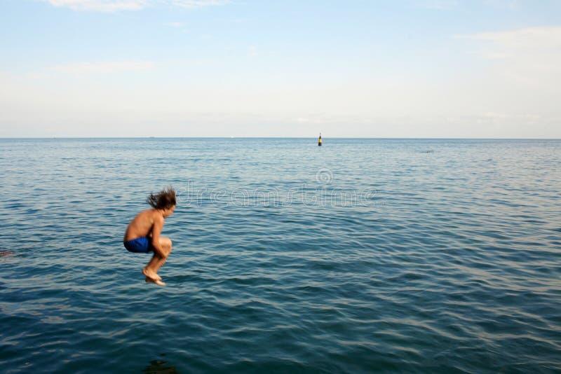 Salto na água fotografia de stock royalty free