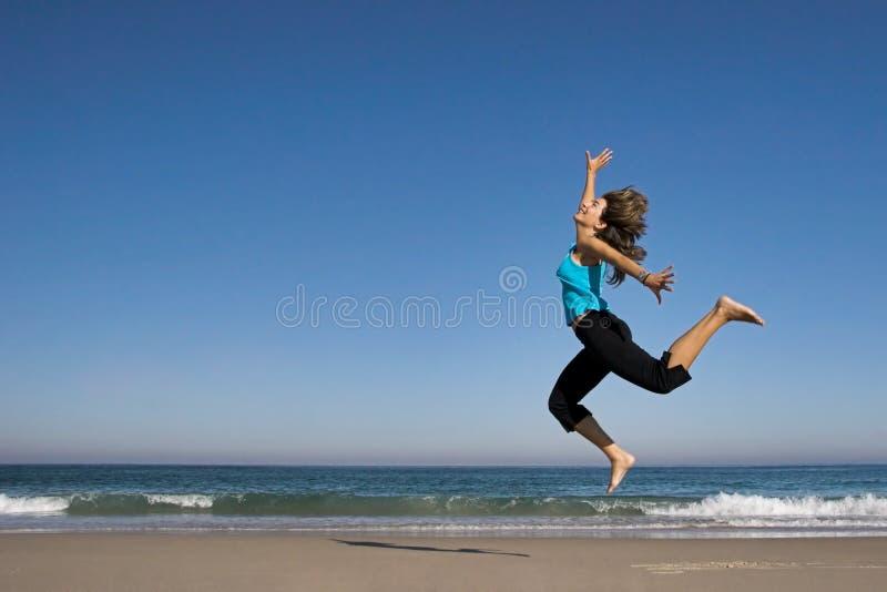 Salto na praia imagem de stock royalty free