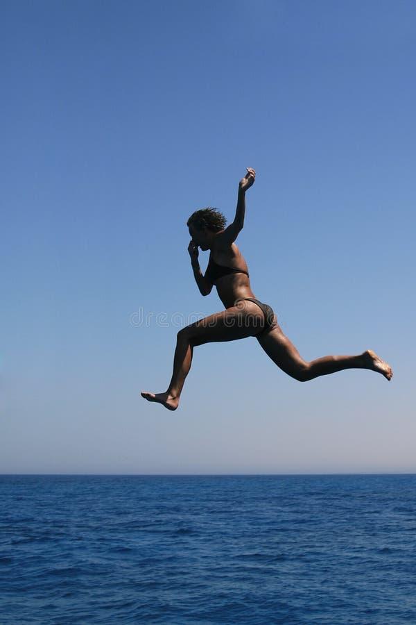Salto no mar foto de stock royalty free