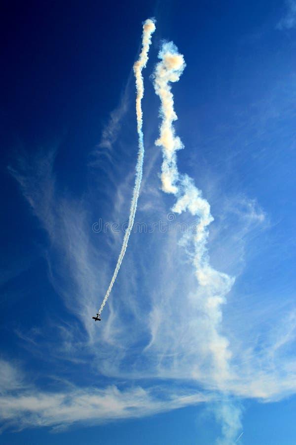 Salto plano acrobático en el aire foto de archivo