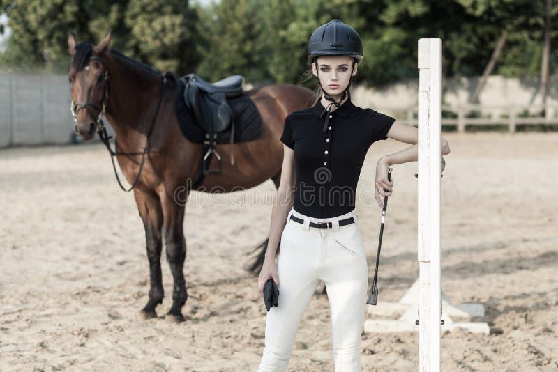 Salto sobre obstáculos Concepto de Horserace Mujer hermosa cerca foto de archivo libre de regalías