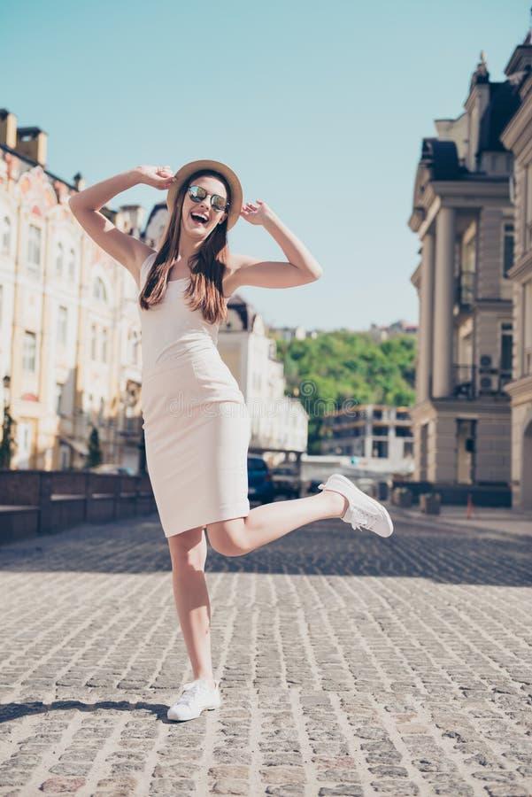 Salto sonhador alegre da menina, levantando para a foto em férias ela imagens de stock