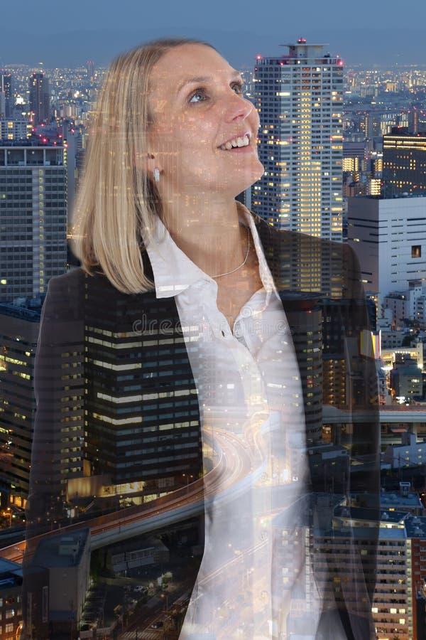 Salto sonriente libre de la confianza de la libertad de la empresaria de la mujer de negocios fotografía de archivo libre de regalías
