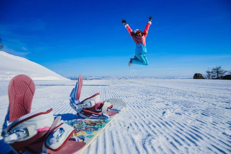 Salto sulla montagna nell'inverno fotografia stock