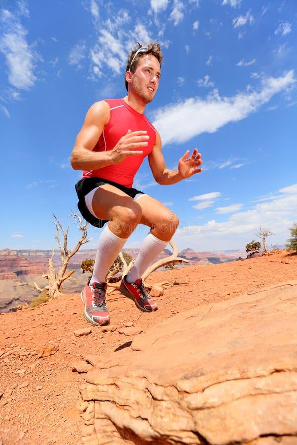 Salto tozzo di salto del banco dell'atleta di forma fisica in natura immagini stock libere da diritti