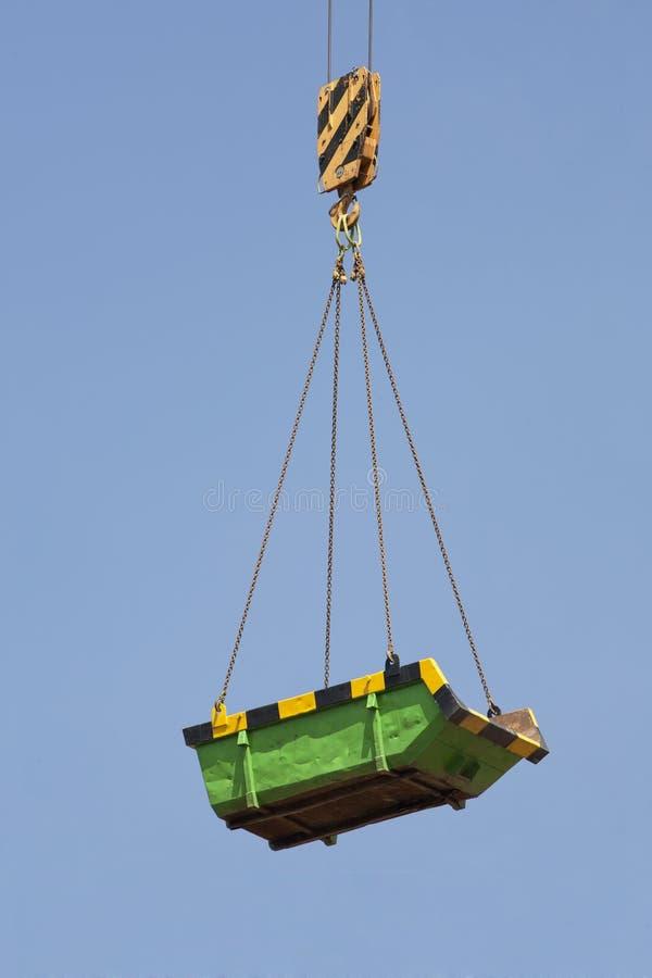 Salto verde de los constructores en el aire imágenes de archivo libres de regalías