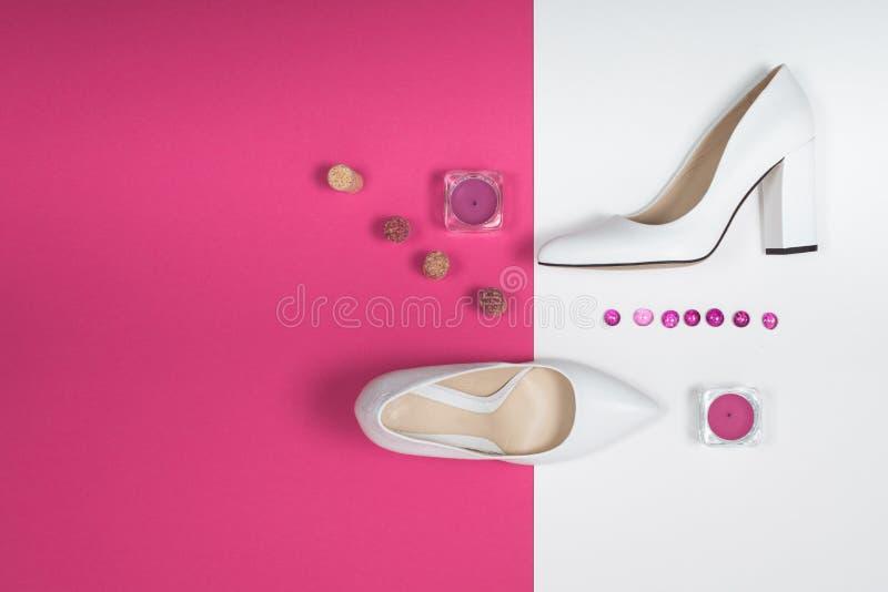 Saltos brancos na moda à moda Equipamento da forma do verão, sapatas luxuosas do partido Fundamentos do moderno Conceito mínimo d foto de stock royalty free