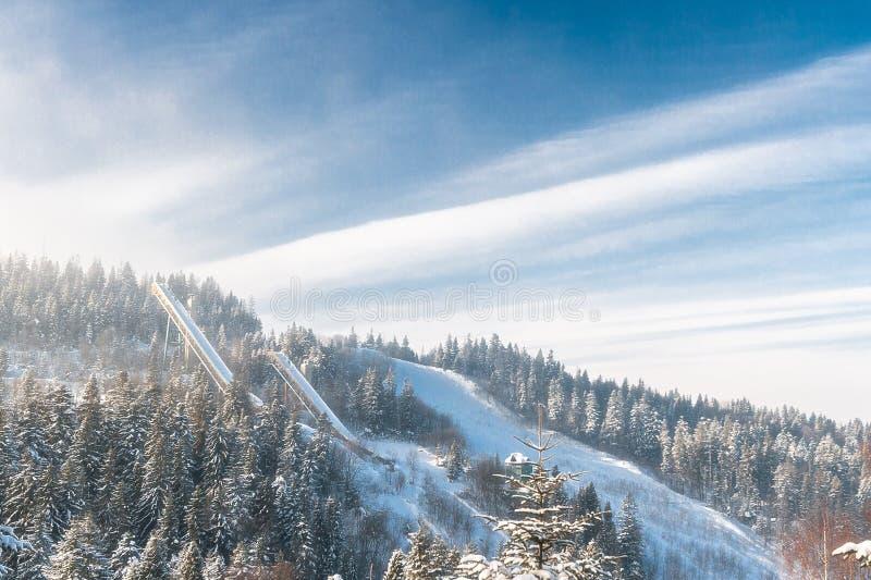 Saltos de esqui abandonados velhos com base na antiga URSS imagem de stock