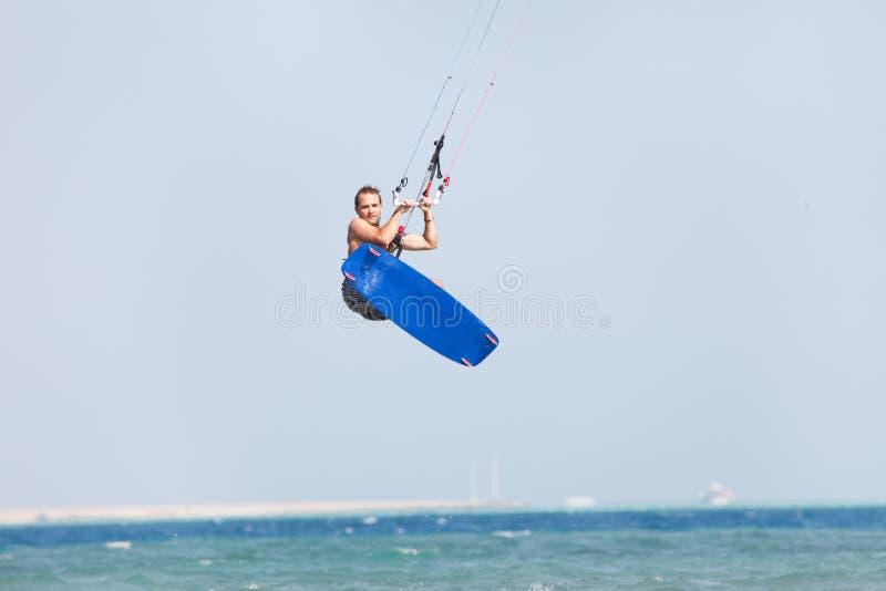 Saltos de Kiteboarder imagem de stock