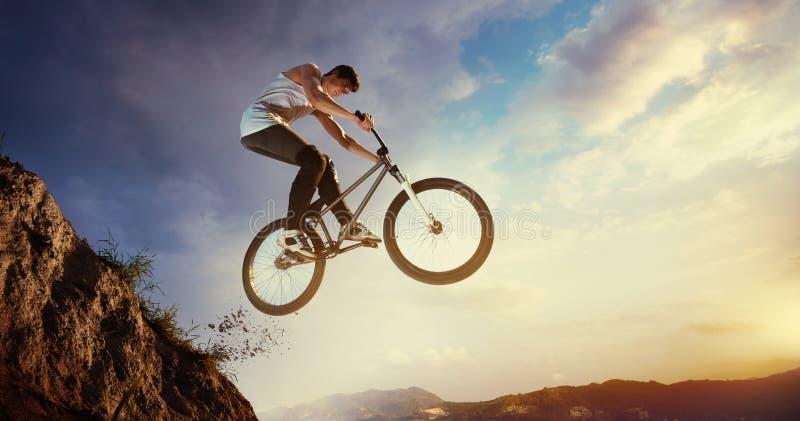 Saltos de la bici fotos de archivo libres de regalías