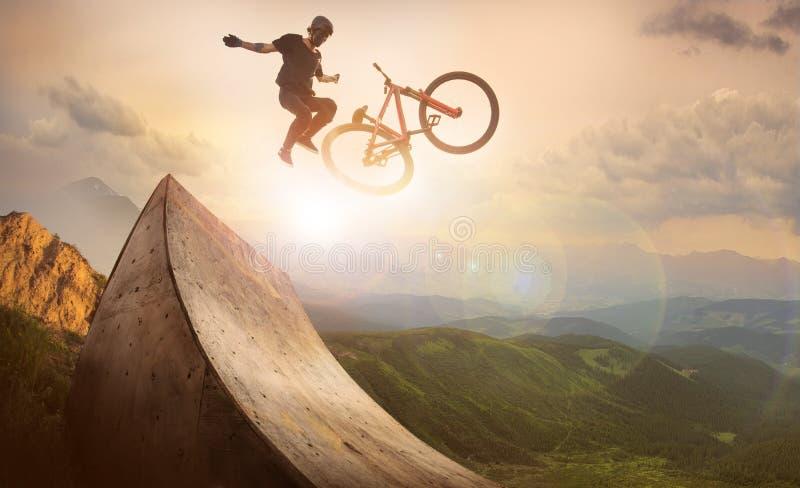 Saltos de la bici fotos de archivo