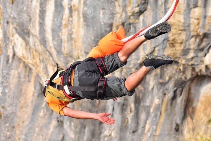 Saltos del amortiguador auxiliar como deporte del extremo y de la diversión fotos de archivo