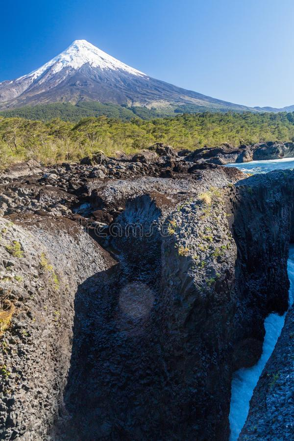 Saltos del Petrohue vattenfall och vulkan Osorno royaltyfri foto