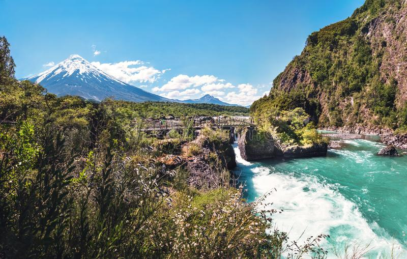 Saltos del Petrohue Waterfalls en Osorno-Vulkaan - Los Lagos Gebied, Chili stock fotografie