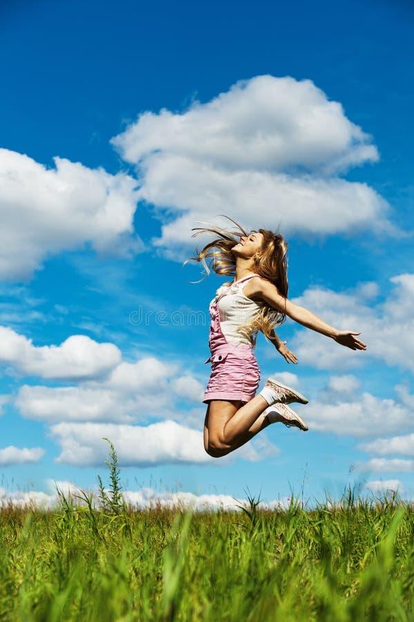 Saltos elevados de mulher nova imagens de stock royalty free