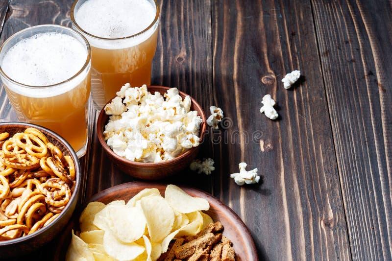 saltsticks för kringlor för potatis för ölchipdof blir grund Visat från över royaltyfri fotografi