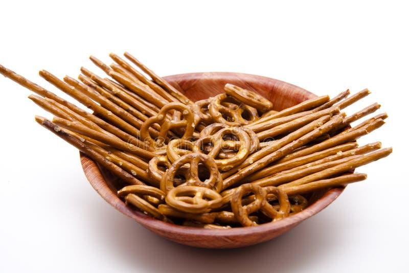 Saltsticks y pretzel salado en tazón de fuente imágenes de archivo libres de regalías