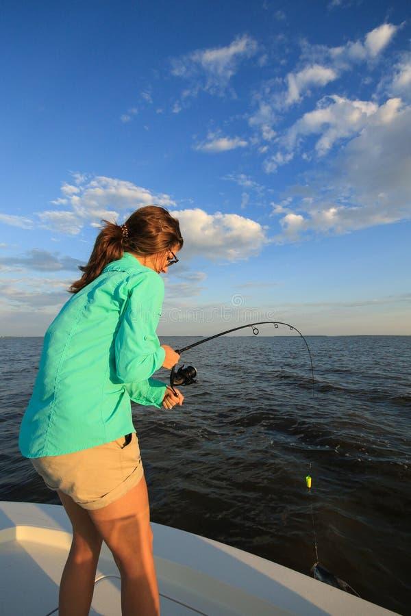 Saltvattens- fiske f?r kvinnastridighetfisk med St?ng och rullen arkivbilder