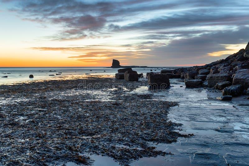 Saltwick-Bucht in Yorkshire lizenzfreie stockfotos